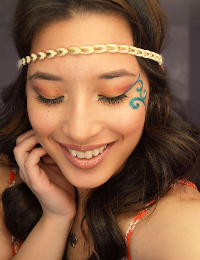 maquillage carnaval, robe avec bretelles rouge et blanc, fard à paupière marron, dessin fleur bleu sur le visage