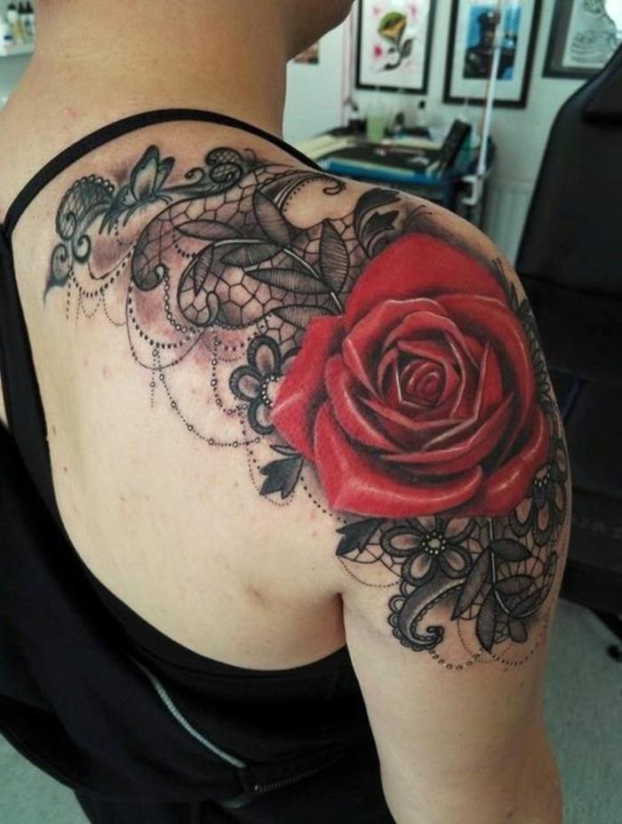 dentelle tattoo épaule, tatouage épaule rose, jolie dentelle combinée avec rose