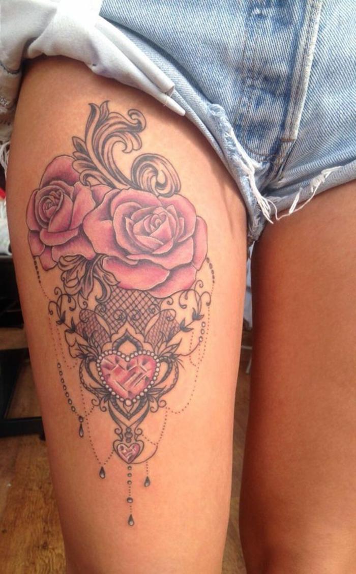 dentelle tattoo rose, pantalon en denim mini, roses fleuries et dentelle  graphique