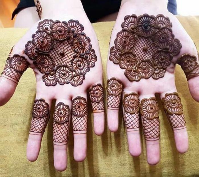 dentelle tattoo, tatouage henné paume, motifs mandala fleurs et filet de pêche