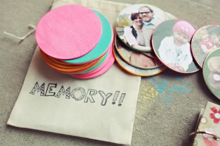 petits cadres photo, des rondelles en bois repeints et photos imprimées collées dessus, idée activité manuelle maternelle primaire