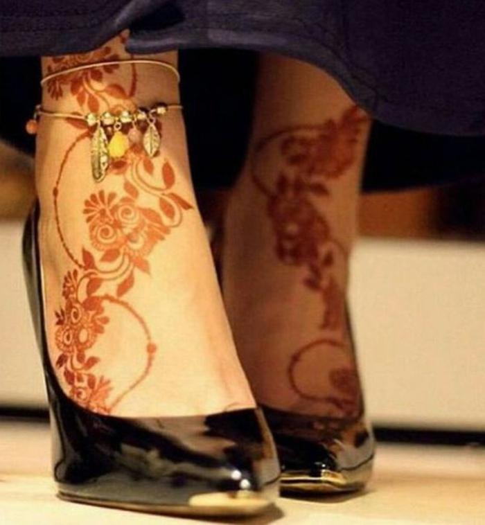 dessin de henné, pieds décorés de henné et chaussures noires laquées