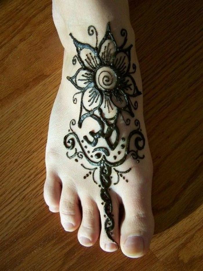 dessin de henné, fleur magnifique tatouée sur le pied, décoration de pied traditionnel