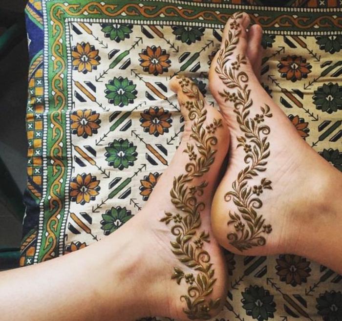 dessin de henné, pieds dessinés de henné, plaid bariolé à motifs floraux