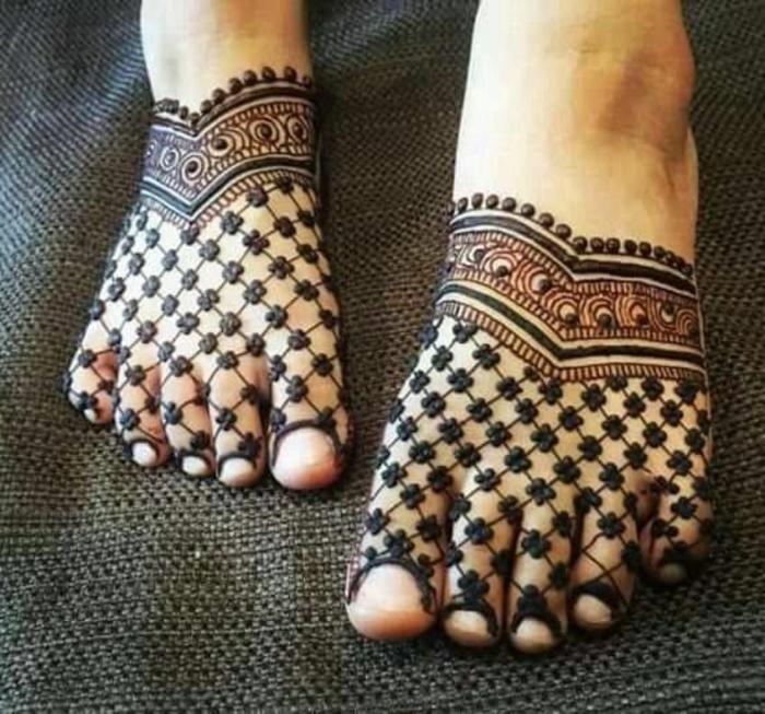 dessin de henné, déco de pieds et d'orteils, motifs géométriques symétriquement disposés
