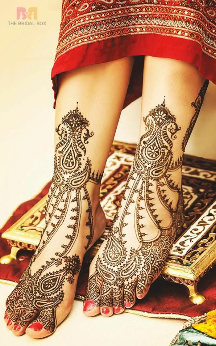 dessin de henné, tatouage de mariée indienne, ornements symboliques