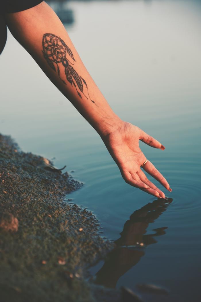 Un tatouage attrape reve sur la main entrelacés tatouage ecriture flanc
