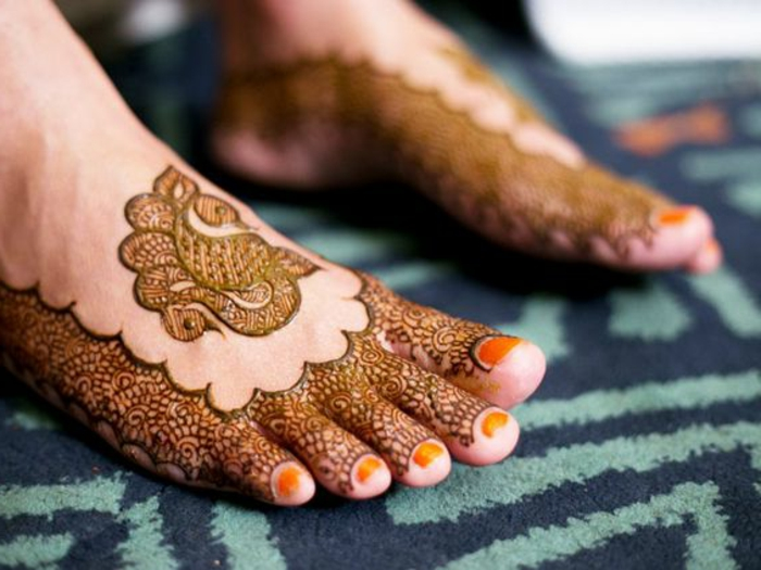 dessin henné, vernis à ongles couleur ocre, tatouages temporels pour pieds