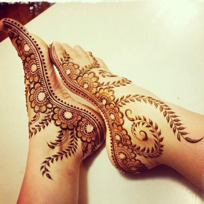 dessin henné, pieds décorés de henné, fleurs sur les plantes des pieds