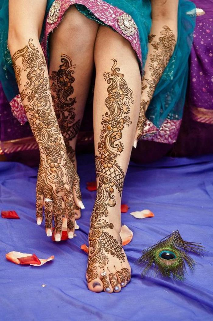 dessin henné, tatouage ephémères sur les pieds et les bras, art décoratif pour femmes