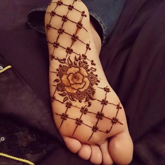 dessin henné, dessin au henné sur la plante du pied, rose couleur marron