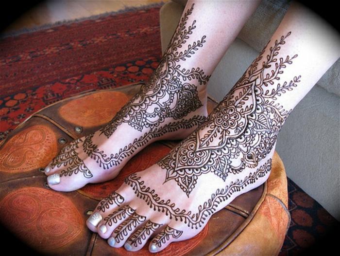 dessin henne, cheville et pied décorées de henné, tatouage temporaire symbolique