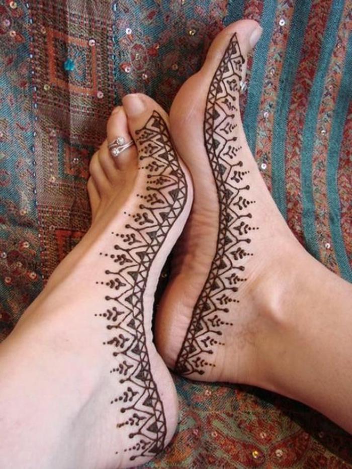 dessin henne, figures géométriques, triangles près de la plante des pieds