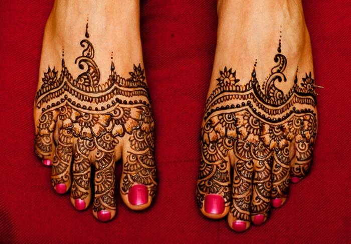 dessin henne, fleurs et motifs végétaux aux pieds, vernis à ongles cyclamen