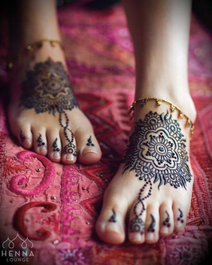 dessin henne, mandalas sur les pieds et bracelets fins dorés, mandalas fleurs