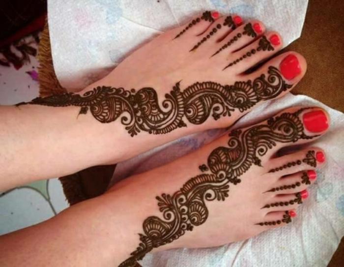 dessin henne, pieds décorés de tatouages temporaires, dessin à chaque orteil