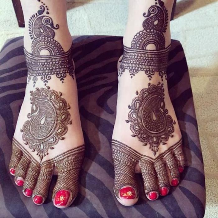 dessin henne, vernis rouge aux orteils, tatouages magnifiques aux pieds
