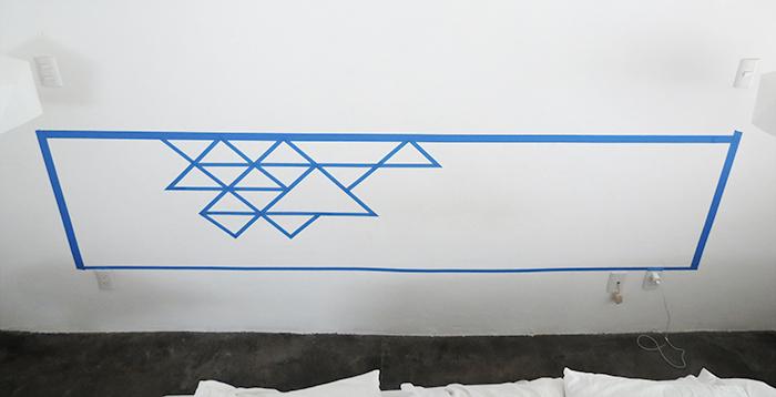 former des triangles a l interieur du cadre en washi tape, idée comment fabriquer une tete de lit, formes géométriques