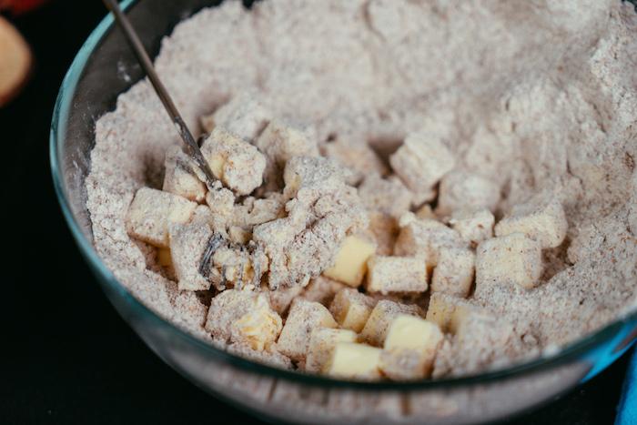 mélanger le beurre et la farine dans le bol en écrasant pour faire une tarte aux pommes maison sans gluten