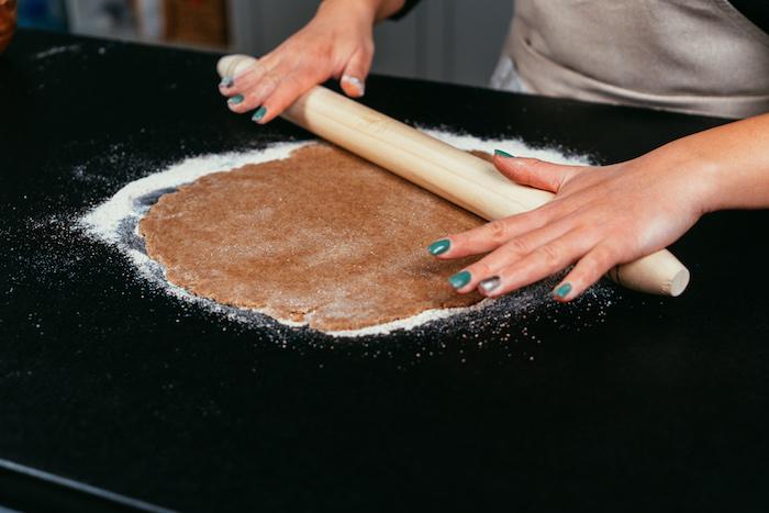 étaler la pâte sur une surface plate ou comment faire une tarte sans gluten et sans sucre avec farine de blé complète