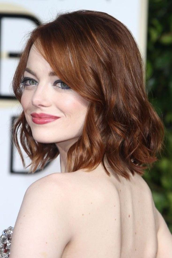 emma stone et sa coupe femme courte, cheveux roux avec de légères ondulations, carré plongeant ondulé très féminin