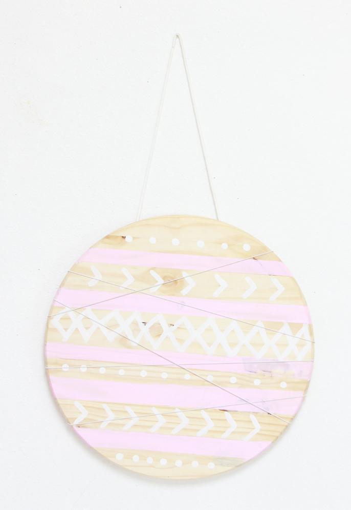 faire une croisement de cordes elastiques sur la planche en bois ronde, dessiner des motifs colorés, astuce rangement bureau