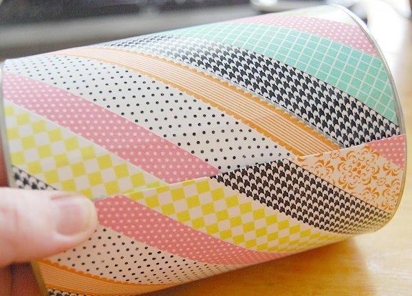 envelopper la boite de conserve de papier cartonné customisé de bandes de washi tape multicolores, activités manuelles pour enfants