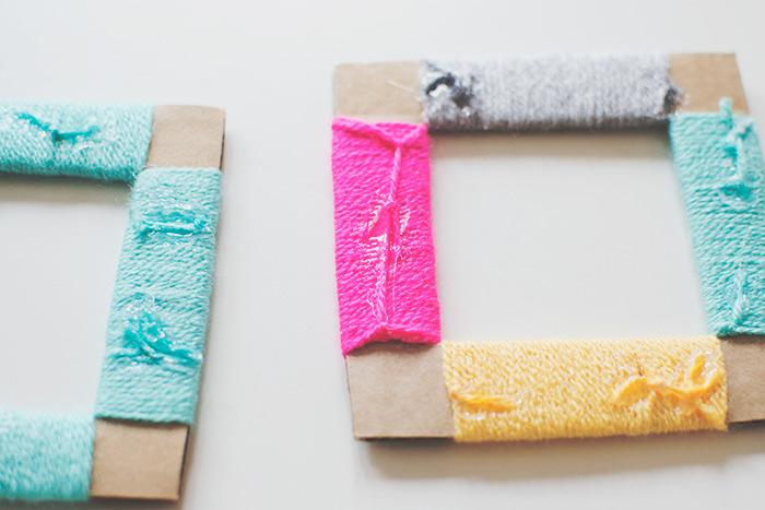 envelopper les carrés en carton de laine de couleurs diverses, idée de bricolage enfant facile, fabriquer des cadres photos