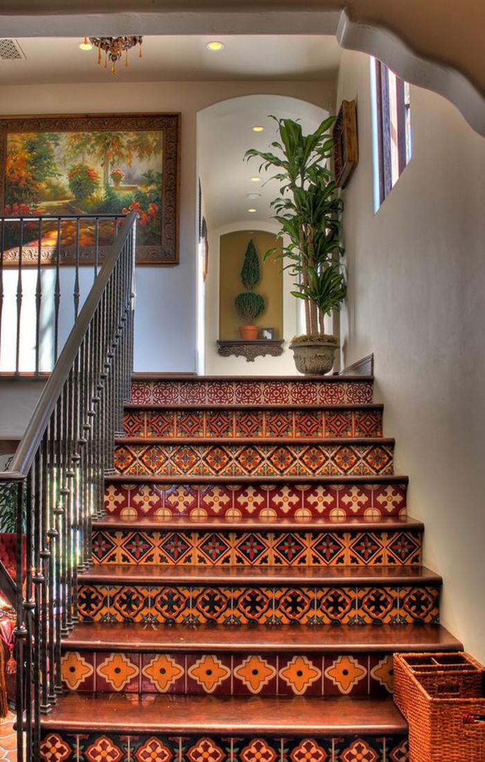des carreaux de ciment de style espagnole dans l'escalier pour une ambiance chic ethnique, des nuances de couleur sienne au sol et aux murs