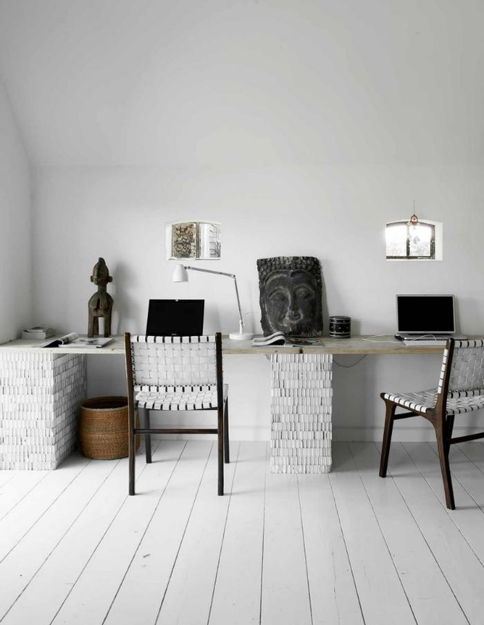 un espace bureau d'esprit exotique, joli contraste entre la petite déco et l'intérieur blanc