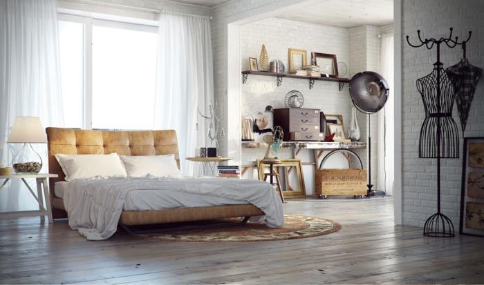 decoration industrielle, rideaux blancs, grand lit, lampe de chevet en verre, coffre en bois, parquet en bois, plafond blanc