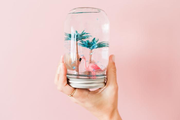 activité créative intéressante et facile, boule a neige été, eau, figurines palmier, flamant rose, paillettes, deco exotique tropicale