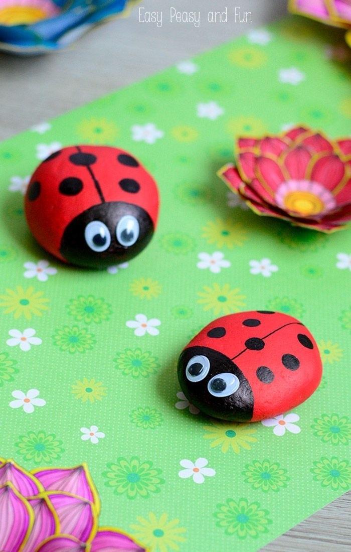 exemple de galets décorés à la peinture, conccinelles en noir et rouge, des yeux mobiles, idée activité manuelle primaire