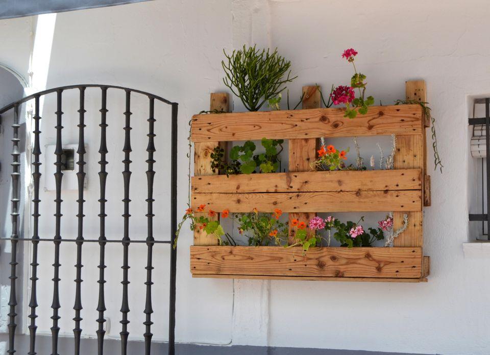jardiniere en palette, mur vegetal vertical, rangement pour fleurs, adossé à un mur exterieur, deco palette de bois