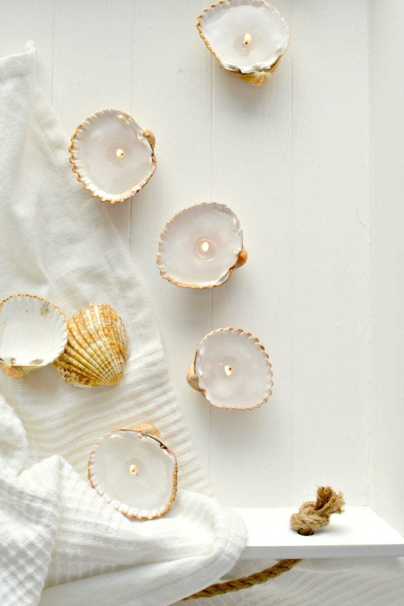 idee deco bord de mer, fabriquer des bougies, coquillages de mer, remplis de cire avec une mèche collée au fond