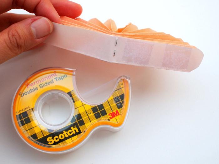 relier les bouts de papier de ruban adhésif pour fabriquer une fleur en papier soi meme, activité manuelle primaire maternelle, bricolage facile