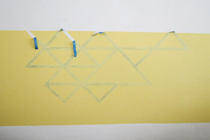 faire une tete de lit, motifs géométriques, cadre et triangles en washi tape, appliquer une peinture jaune dans le cadre