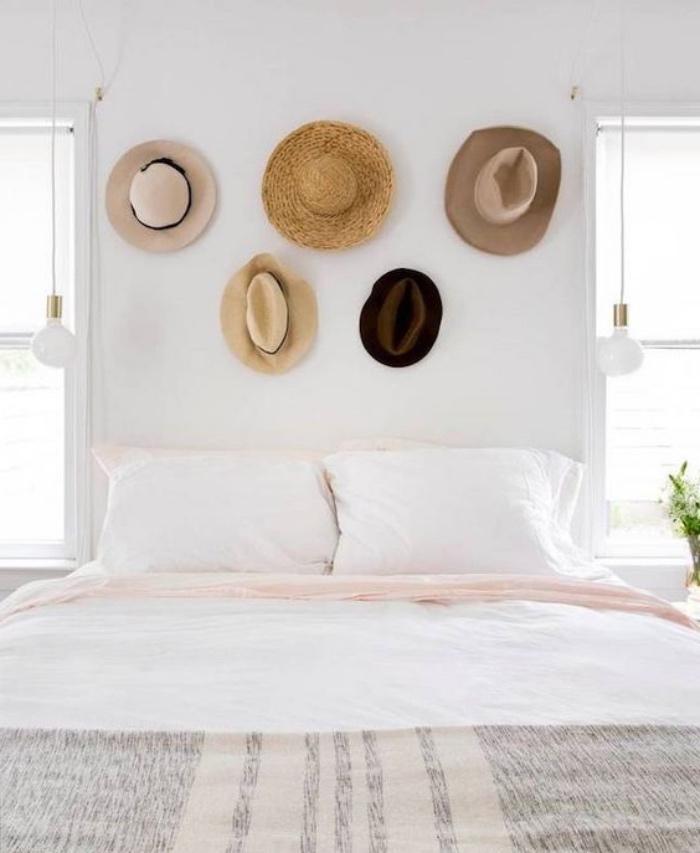 chapeaux d été en guise de tête de lit, idée alternative pour fabriquer une tete de lit originale, linge blanc et rose et couverture grise, mur couleur blanche