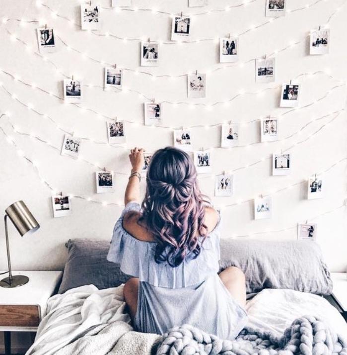 fabriquer une tete de lit soi meme, decoration murale de photos et guirlande lumineuse, linge de lit gris et blanc, fille charmante