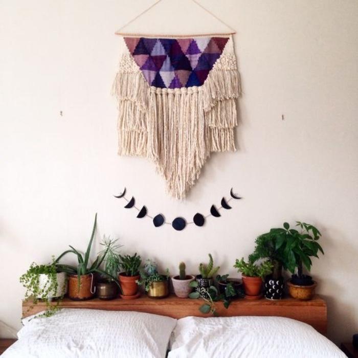 fabriquer une tete de lit en palette facilement, des plantes vertes et decoration macramé, guirlande motif phases de la lune