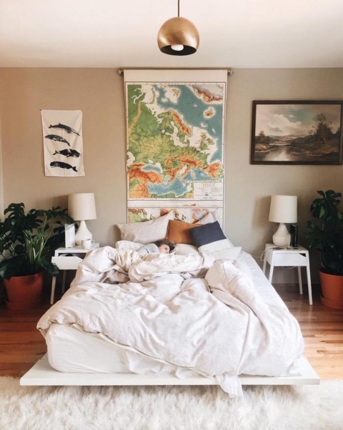 tete de lit a faire soi meme en carte géographique, linge de lit blanc, coussins colorés, parquet clair, tapis blanc