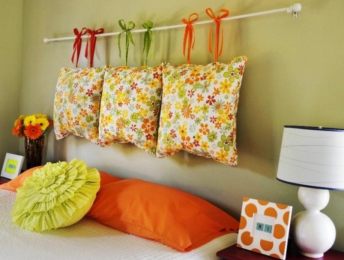 projet facile pour fabriquer une tete de lit en coussins, imprimé fleurs colorées, taie d oreiller orange, mur couleur vert pistache