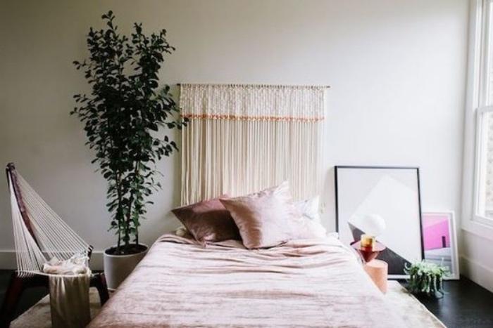 faire une tete de lit macramé, laine blanche, linge de lit rose, plantes rose, miroir, tableaux peinture decoratifs