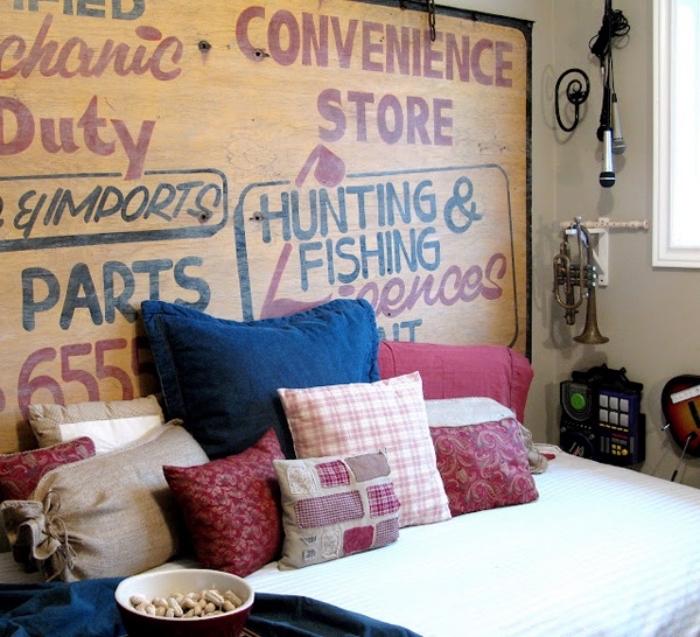 idée diy deco chambre, poster, panneay décoratif vintage en bois avec texte, coussins multicolores