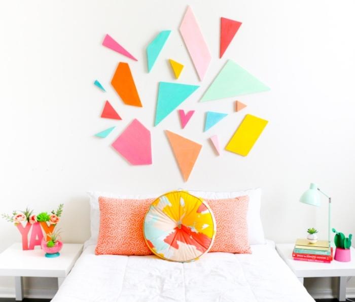 fabriquer une tete de lit en palette, plaques de mousse forme géométrique, peinture couleurs diverses, coussins colorés, deco florale, linge de lit mur couleur blanche