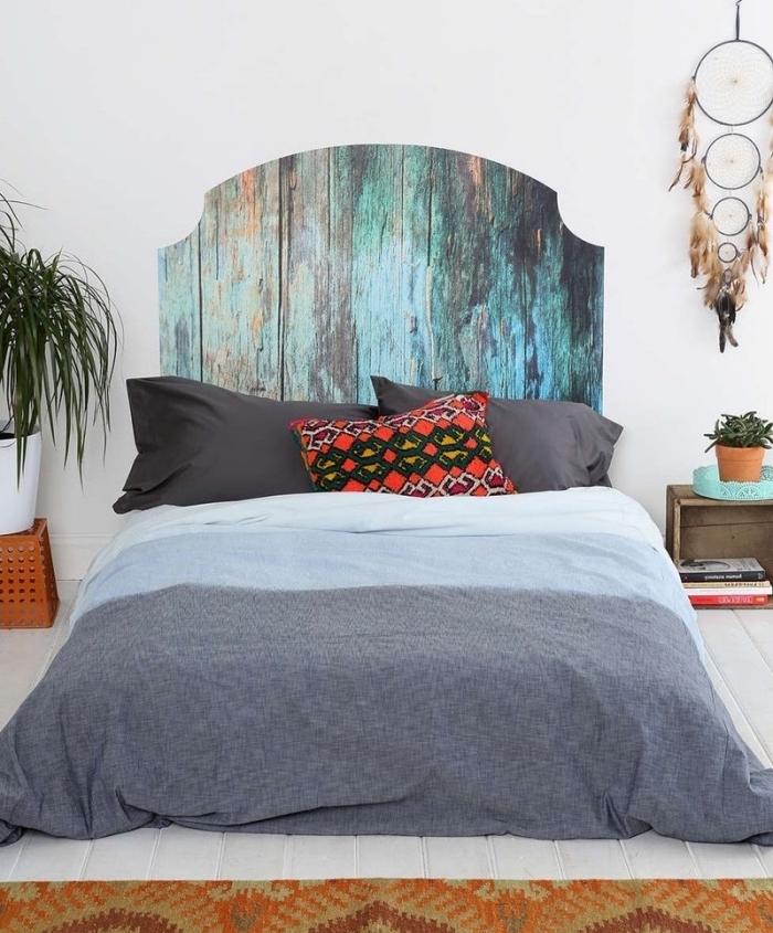 idée comment faire une tete de lit en bois, planches bois brut, customisées à la peinture brute, coussin motif zteque, linge de lit gris et bleu, deco murale attrape reve, style bohème