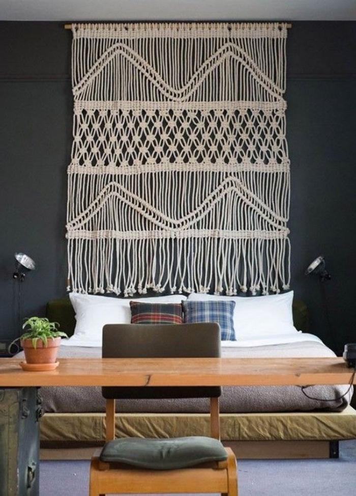 fabriquer une tete de lit mur gris anthracite, double lit et deco murale macramé beige, table et chaise en bois