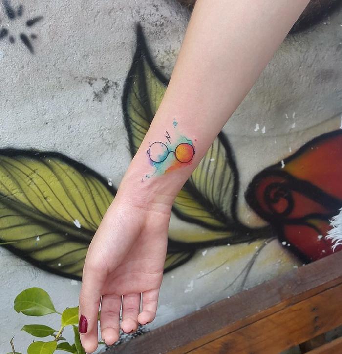 Tatouage original femme idée tatouage femme bras couleurs Harry lunettes
