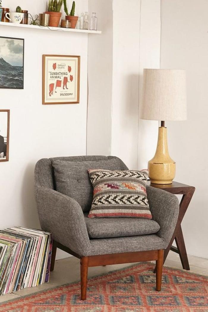 coin de détente avec un canapé gris vintage, accents déco en couleur sienne