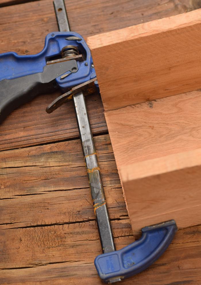 idée tutoriel bricolage, fixer les planches de la jardiniere avec une serre joint, des lattes en bois, tailles diverses, bac a fleur en palette